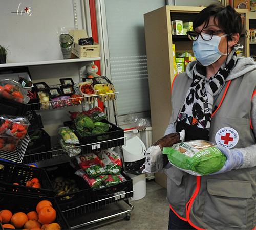 En un temps record, la Croix-Rouge française a adapté ses activités (maraudes, épiceries sociales…) pour qu'elles puissent se faire dans un respect strict des mesures de sécurité.