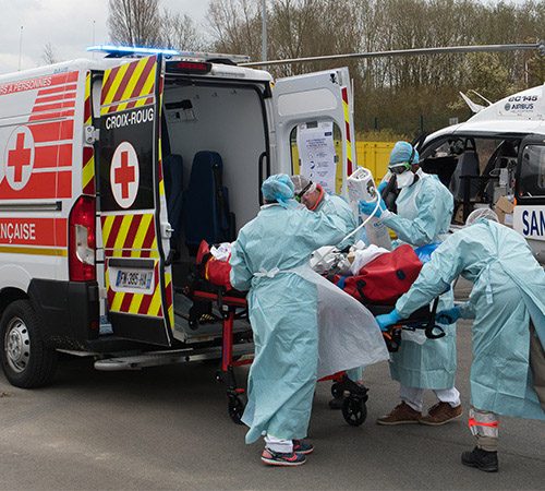 Très vite, les équipes secouristes de la Croix-Rouge française ont participé aux évacuations de patients atteints du Covid-19 pour désengorger les hôpitaux saturés du Grand-Est et de l'Ile-de-France.