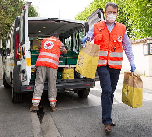 """Les livreurs solidaires de """"Croix-Rouge chez vous"""" apportent des repas aux personnes confinées et isolées."""