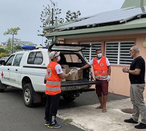 En Outre-mer, les équipes Croix-Rouge apportent eau et nourriture aux personnes fragilisées par la crise sanitaire.