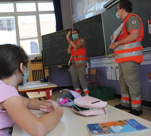 Quand les élèves ont repris le chemin de l'école, les volontaires de la Croix-Rouge française étaient là pour leur expliquer l'importance des gestes barrières, de façon ludique et avec un petit « diplôme du héros du déconfinement » à la clé.